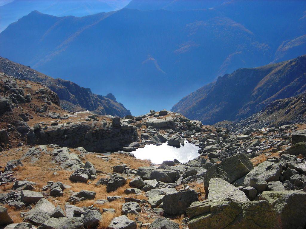 Il Lago di escavazione di Nora, circondato dalle rocce montonate