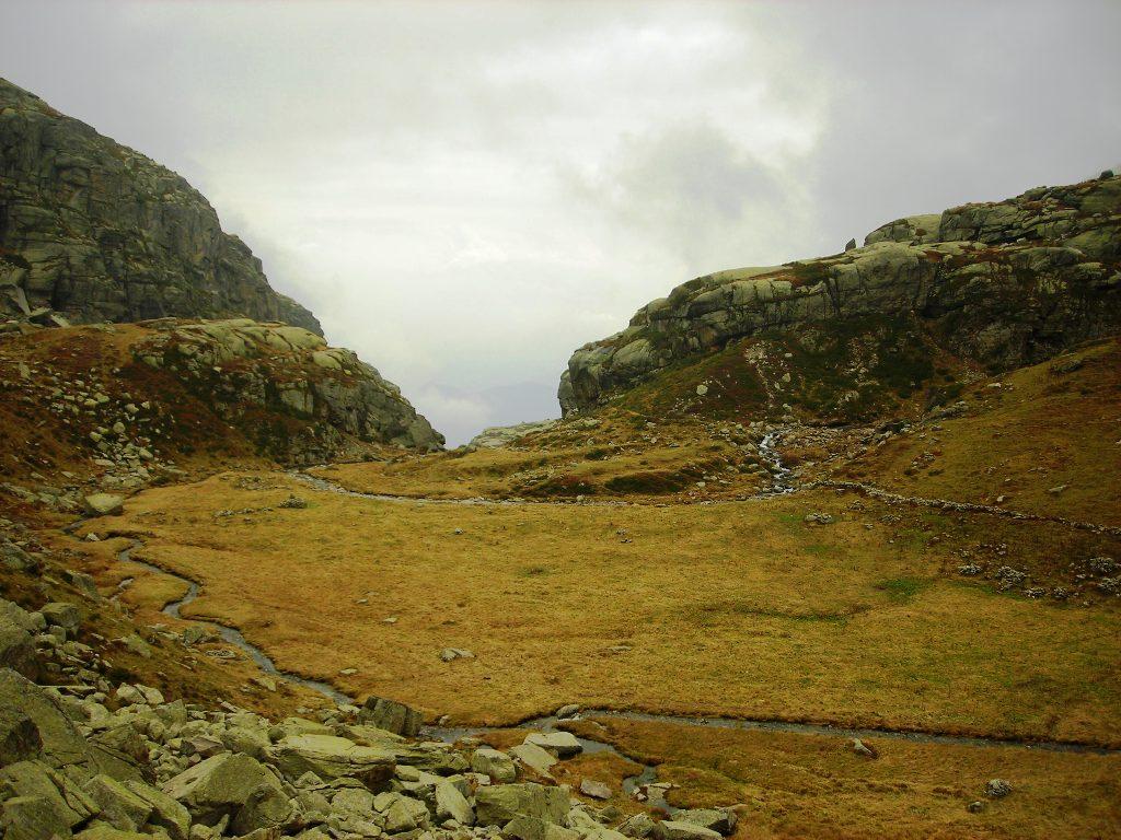 il ripiano glaciale del Veilet, con le rocce montonate sulla sua soglia