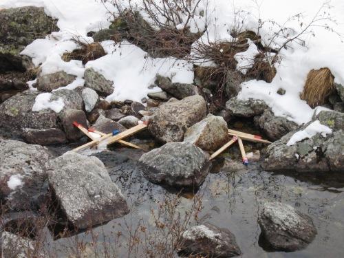Picchetti abbandonati trovati sul rio Vassola (1600 m circa) dove è in fase avanzata un progetto di derivazione dell'acqua per scopi idroelettrici