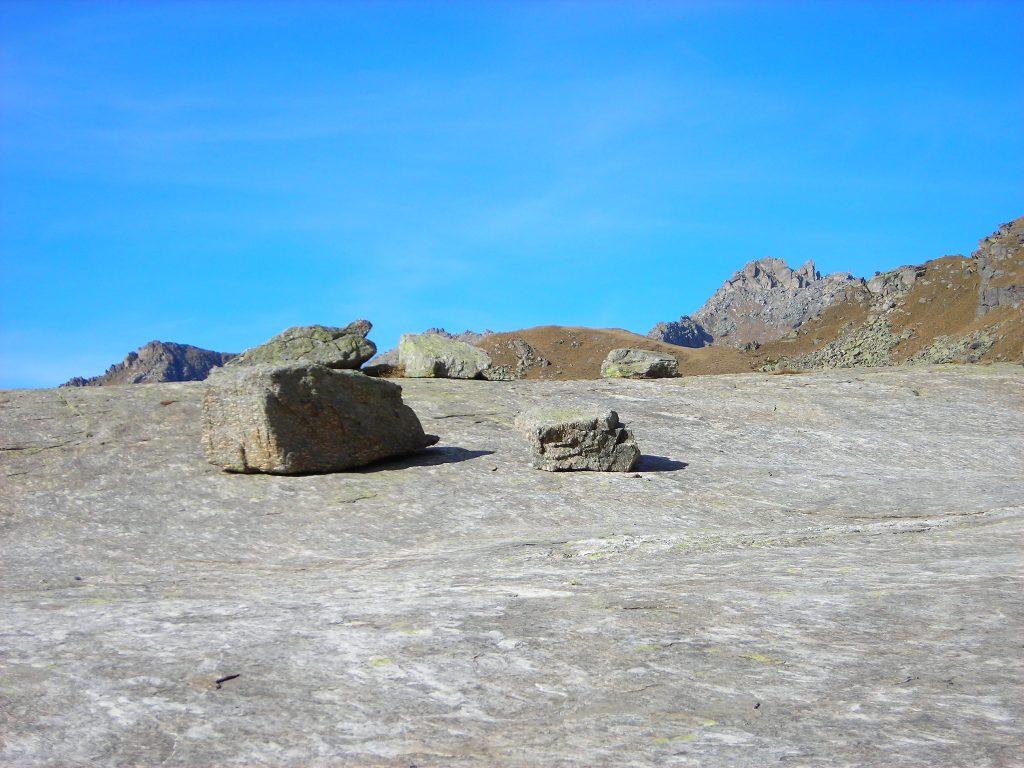 Massi erratici poggiano su una gigantesca roccia montonata al Pian di Lee