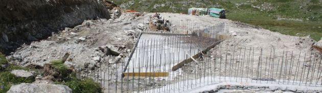 I lavori di costruzione della centrale idroelettrica nel Plan de Breuil al cospetto del Mont Gelé