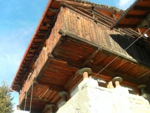 Particolare casa Walser appoggiata a dei pilastrini a forma di fungo che servivano ad isolare la casa dal terreno