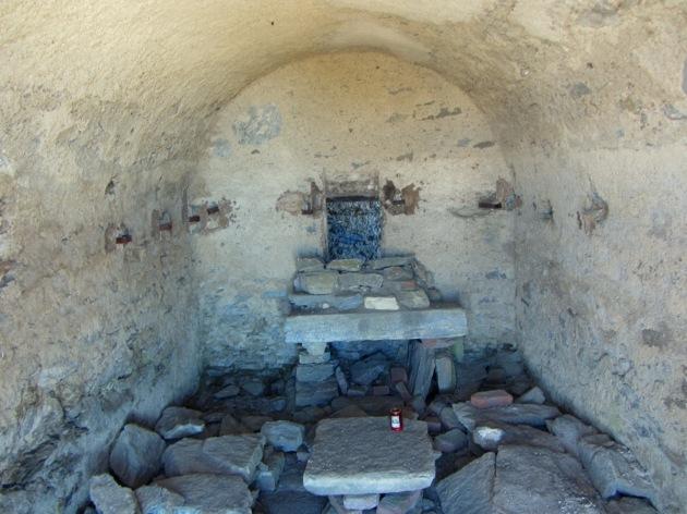 Interno della minuscola cappella (in vetta)
