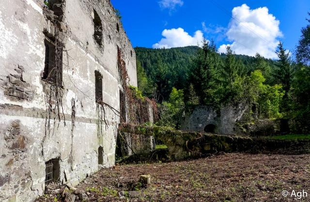 Il paese fantasma di Ischiazza, distrutto dall'alluvione del '66 e quindi abbandonato