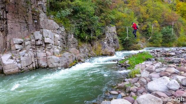 Il ponte tibetano nei pressi di Pra, usato dagli arrampicatori per raggiungere la falesia sull'acqua