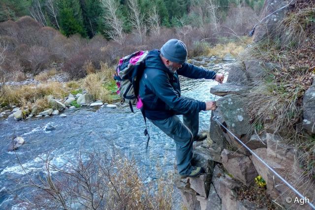 Uno dei rari tratti attrezzati con cordino tra Maso Ponte e Maso Conti: alcuni brevi tratti sono stati ripristinati dalla Rete delle Riserve della Val di Cembra