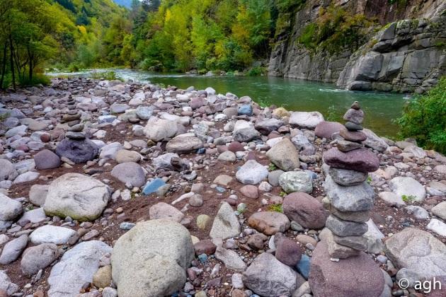 Le spiagge di pietre dai mille colori: qui è concentrata tutta la geologia del Trentino orientale dopo un viaggio di 90 km
